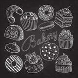 Hand gezeichnetes Bäckerei-Bonbon-Nachtisch-Gekritzel auf Tafel stock abbildung