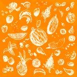 Hand gezeichnetes Gekritzellebensmittel, -früchte und -beeren Weiße Gegenstände, nahtloser Hintergrund des orange Aquarells Stockbild