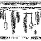 Hand gezeichnetes gemaltes nahtloses Muster Grenzen mit Federn und Streifen Schwarzweiss-Farben Stockfotos