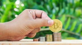 Hand gezet muntstuk aan geld Het maken van Geld Voor zaken en financiën c royalty-vrije stock foto
