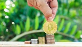Hand gezet muntstuk aan geld Het maken van Geld Voor zaken en financiën c stock afbeelding