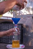 Hand gießt das Altöl lizenzfreie stockbilder