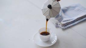 Hand gietende koffie van een Moka-Pot Witte lijst stock footage