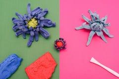 Hand - gjord blomma med material och hjälpmedel Fotografering för Bildbyråer