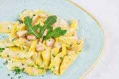 Hand - gjord italiensk pasta med räkor Royaltyfri Bild