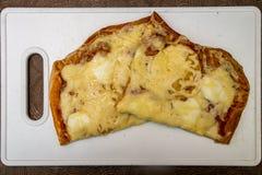 Hand - gjord pizza med peperonin, tomater, oliv och basilika på vita matlagningbräden Royaltyfri Fotografi