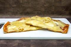 Hand - gjord pizza med peperonin, tomater, oliv och basilika på vita matlagningbräden Arkivbild