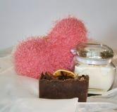 Hand-gjord tvål med rosa hjärta Arkivbild