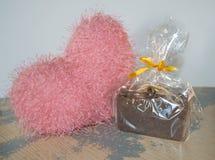 Hand-gjord tvål med rosa hjärta Arkivfoton