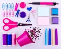 Hand - gjord uppsättning i blått, rosa färger, lilasignaler på vit bakgrund Arkivfoton
