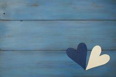 Hand - gjord vit hjärta på en blå bakgrund, trä målade grek royaltyfri foto