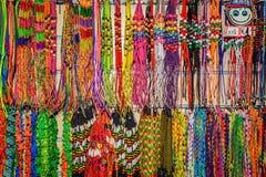 Hand - gjorda armband och halsband shoppar in Royaltyfri Foto