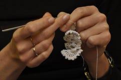 Hand-gjorda garneringar, borddukar, hänger upp gardiner Virkning och exakt robot genom att använda bomull Arkivfoto