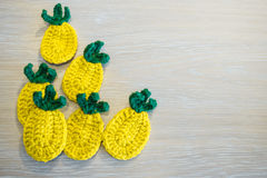 hand - gjorda garneringar - virkad ananas Royaltyfri Bild