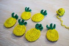hand - gjorda garneringar - virkad ananas Royaltyfri Fotografi