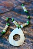 Hand - gjorda härliga halsband som göras från abaloneskal- och korallpärlor Royaltyfri Foto