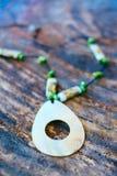 Hand - gjorda härliga halsband som göras från abaloneskal- och korallpärlor Royaltyfri Fotografi
