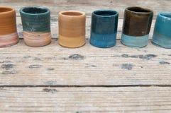 Hand - gjorda keramiska krukmakeriprodukter Arkivfoto