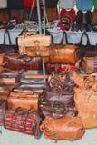 Hand - gjorda läderhandväskor som är till salu på marknaden av Sineu, Mallorca, Spanien Royaltyfria Bilder
