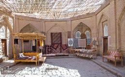 Hand - gjorda mattor, traditionell uzbekisk handwork, i den lilla basaren, Khiva, Uzbekistan Royaltyfri Bild