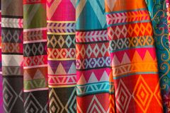 Hand-gjorda siden- scarves i den Karen byn, långa halsstammar, Chiang Rai Province, Thailand royaltyfri bild