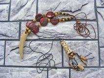Hand - gjorda wood skal- och bensmycken/afrikanska trä handcraft smyckentexturhalsband/ethnosamlingen arkivbild