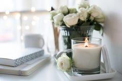 Hand-gjorde den inre dekoren för vitt rum med bränning stearinljuset och bouq royaltyfri foto