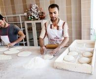 Hand-gjort bröd för bagare som danande lagas mat på brand Royaltyfri Bild