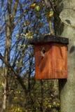 Hand - gjort fågelhus på trädet i höst Arkivfoto