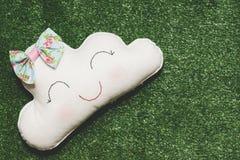 Hand - gjort moln på syntetiskt gräs arkivfoto