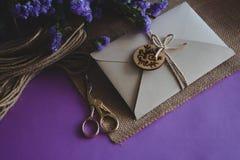 Hand - gjort papper för hantverk för inbjudan för kort för pappers- bröllop royaltyfri foto