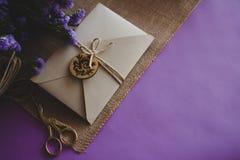 Hand - gjort papper för hantverk för inbjudan för kort för pappers- bröllop royaltyfria foton