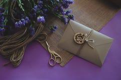 Hand - gjort papper för hantverk för inbjudan för kort för pappers- bröllop royaltyfri fotografi