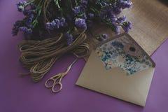 Hand - gjort papper för hantverk för inbjudan för kort för pappers- bröllop royaltyfria bilder