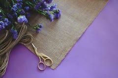 Hand - gjort papper för hantverk för inbjudan för kort för pappers- bröllop arkivbild
