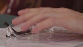 Hand, glasögon och legitimationshandlingar för man` s stock video