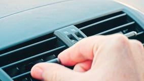Hand glijdende manier van de stroom van de autolucht van airconditioner stock videobeelden