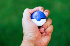 Hand-grap pokemon Ball lizenzfreie stockfotos