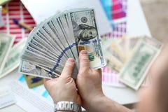 In hand grote vette pak van de mensengreep van het geld van de V.S. royalty-vrije stock foto's