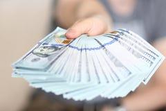 In hand grote vette pak van de mensengreep van het geld van de V.S. stock afbeelding