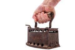 Hand hält altes rostiges Eisen auf einem weißen Hintergrund bügeln stockfotografie