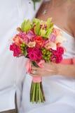 Hand hält Brautblumenstrauß an Stockbild