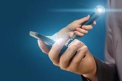 Hand hält das Mikrofon für ein Interview vom Telefon Stockfoto