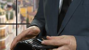 Hand hält einen Dollarschein stock footage