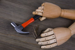 Hand hält einen Hammer lizenzfreie stockfotos