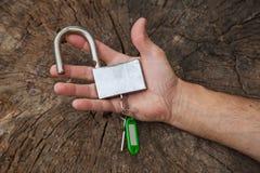 Hand hält einen Verschluss auf dem Stumpf Stockbild