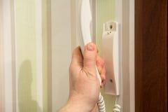 Hand hält Hände des Eintrittstelefons stockbilder