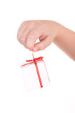 Hand hält Kasten mit Geschenk an Stockfotografie