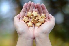 Hand hält Kekse Stockfoto
