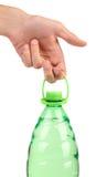 Hand hält Plastikflasche. Stockfoto